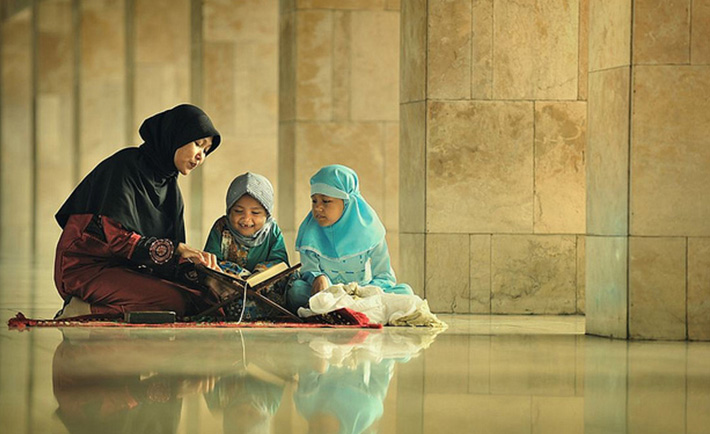 optimized-woman-reading-quran-with-kids