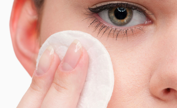 optimized-makeup-hacks-cotton-pat-face