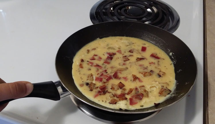 optimized-bacon-omlette-add-eggs