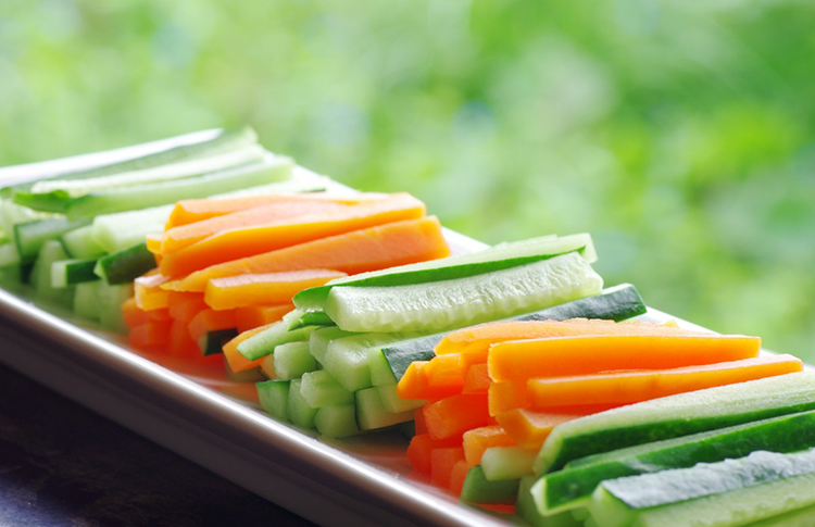 Carrot-and-Cucumber-Sticks_-143073202
