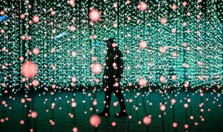 squidsoup-submergence-2013-2021-installation-view-at-the-canary-wharf-winter-lights-festival-2019-courtesy-the-artists-and-light-art-collection-photography-by-sean-pollock